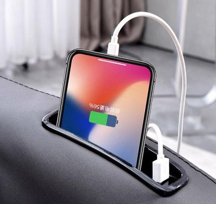 Kieszonka na telefon z portem USB w fotelu do masażu